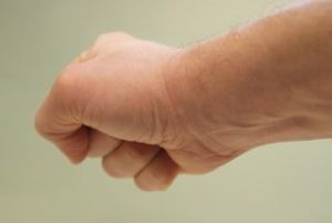 Progressive Muskelentspannung:: Eine Hand zu Faust geballt - eine der Übung ist die Anspannung der Progressiven Muskelentspannung